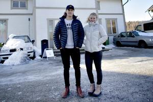 Lucas Lindgren bjöd 310 000 kronor för det förfallna huset som han tittade på i februari, här tillsammans med flickvännen Tilda Jäder. Men banken sa nej till budet som låg 40 000 kronor lägre än vad man kunde acceptera.