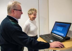 Lars Liss visar hur hans bildarkiv fungerar, för Birgitta Törne från intresseföreningen.