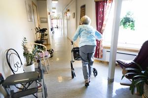 Åldringsvården måste snart släppa på anhörigstoppet på äldreboenden för att lindra allas nöd, skriver Janne.