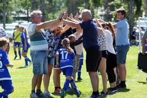 Ett mål och en vinst kan firas på olika sätt när de unga spelarna är på fotbollscup.