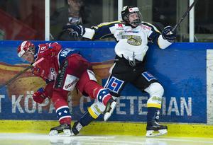 Huddinges Joakim Hällerström tacklar Visby/Romas Jonathan Granström under ishockeymatchen i kvalet till Hockeyallsvenskan mellan Huddinge och Visby/Roma i mars 2018. Foto: Bildbyrån