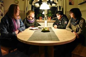 Anna Calderon, Sanna Mjösberg, Rasmos Alizade och Lisen Vogt berättar om situationen i Mora för flyktingarna.