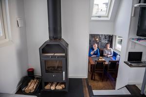 I vardagsrummet står en kamin för ruggiga vinterdagar. Bild: Vilhelm Stokstad / TT
