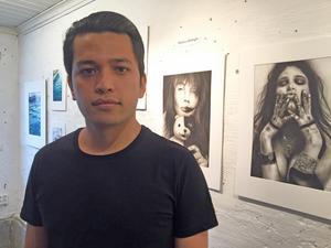 19-årige Hamza Akhlaghi deltar för andra gången i Konstober med sina akvarellmålningar med naturmotiv och porträtt med kolpenna. Han ser konsten som en möjlig framtida försörjning.