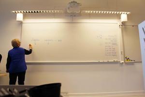 Skolan har börjat igen för de flesta. Maria Andersson preppar inför svenska lektionen. I Håksberg invigs den nya friskolan.