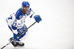 Enock fick kliva in som forward mot Västervik. Foto: Dennis Ylikangas / Bildbyrån