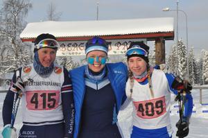 Lovisa Johansson, vinnare i damloppet 27 kilometer, i mitten och runtomkring sig har hon Michaela Andreasson och Åsa Fjellström.