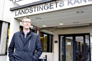 Landstingsrådet Erik Lövgren (S) är högste politiker i krisande Landstinget Västernorrland. Men Lövgren har en bred erfarenhet från olika styrelseuppdrag.