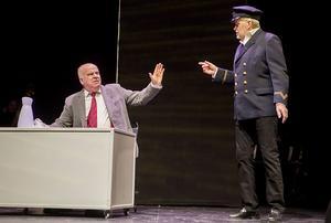 Ocean Gala light. Politikern Nilsson (Nils-Gunnar) och den förhoppningsfulle asylkaptenen Leif Mattisson i en ordväxling.