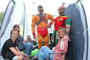 Iver, Linnea, Kent, Adam, Robin och Agna träffades på campingen och småpratar i ett tält över lite alkohol.