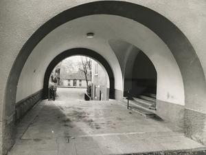 Mot kvarnen. Genom den härliga portalen på Skultunavägen 14 kan man se Falkenbergska kvarnen. Foto: Göran Widerberg/VLT:s arkiv