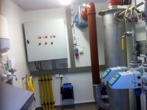 Här i  det lilla vattenverket blandas vattnet från de två borrhålen. Foto Moravatten