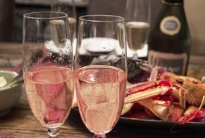 Färska skaldjur och mousserande vin är en utmärkt kombination. Och en romantisk festmåltid kan fixas utan mycket förarbete.Bild: Sune Liljevall