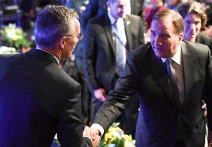 Jens Stoltenberg, Natos generalsekreterare, och Stefan Löfven (S), statsminister, skakar hand. Foto: Henrik Montgomery / TT