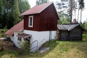 I Säs fäbod finns idag tio personer som är bofasta men även många fritidsboende.Människor lockades från början hit för fisket och för vattenkraften. Bönder från närliggande byar hade sina djur här på sommarbete.Säs ligger cirka en mil från centrala Mora på väg mot Älvdalen.