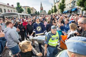 Många var det som ville ta del av Stanley Cup-pokalen, för första gången någonsin i Örebro.