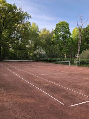 Tennisbana i trädgården.