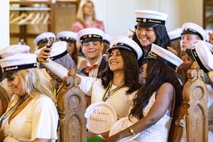 Klart det måste bli en selfie med vännerna. Ashink Ali håller mobilen, närmast i bild Samarit Fessahaye och bakom dem Ida-Kajsa Tahvarainen. Foto: Lennye Osbeck