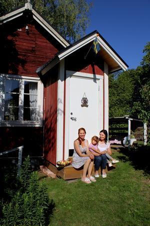 Tanja Thunman, Nissa Gustafsson och hennes dotter Melika utanför den före detta skräddarstugan.