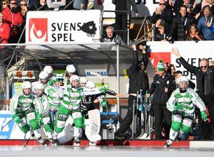 VSK jublar när de blir svenska mästare efter segern med 5–3 i SM-finalen mot Skutskärs IF på Studenternas  i Uppsala. Foto: TT