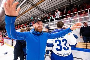 Mattias Ritola firar SHL-platsen efter Leksands seger mot Mora i våras. Foto: Daniel Eriksson/Bildbyrån.