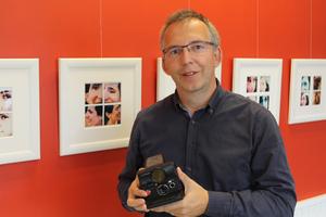 Marcel K Bisdorf  bor ömsom i Tyskland, ömsom i Acktjära utanför Bollnäs.