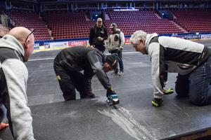 Samarbete. Hela arenan, 1800 kvadratmeter, blir till slut täckt av golvplattor som ska tåla 25 ton per kvadratdecimeter.