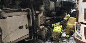 Räddningstjänsten letade efter eventuella läckage från lastbilen.