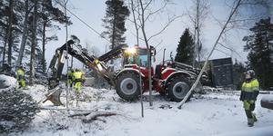 Vattenfalls linjemontörer arbetar med röjning på Håtö efter stormen Alfrida.