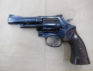 Mordvapnet som hittades av vittnen. En av de åtalades DNA återfanns på revolvern. Foto: Polisens förundersökning.