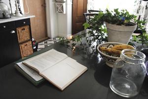 Köket är modernt och innehåller både vedspis och köksö.