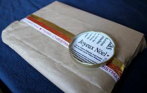 Lock från syltburk har blivit en cool etikett. Pappret är en gammal Willys-kasse.