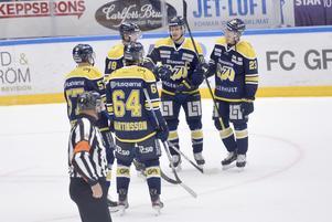 HV71:s Eric Martinsson, Anton Wedin, Jesper Kokkonen, Simon Önerud och Lias Andersson firar efter en av de åtta fullträffarna mot Djurgården.
