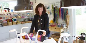 """Kicki Jonsson driver hantverks- och utställningsverksamheten """"Fru Strid"""" utanför Älmsta där hon i sommar ställer ut sina egna alster."""