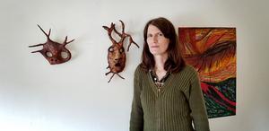 """Bland de material Cecilia Nelson använder i sina skulpturer finns återvunna material som tidningspapper och plast: """"Billiga material som ligger och skräpar har alltid spelat en viktig roll i folkkonsten. Dessutom prövar jag skilda lager av verklighet genom arbetet med mina målningar i oljepastell, kolteckningar och min experimentella fotokonst""""."""