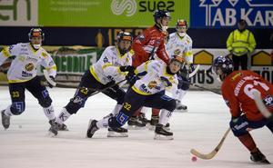 Lukas Mårdberg i Falu BS stoppar en boll från Daniel Burvall Jonsson  tisdagens täta möte i Svenska Fönster Arena. Foto: Ulf Palm / TT