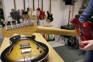 Halsen på den allra första gitarren limmades av ek från gamla golvsocklar.