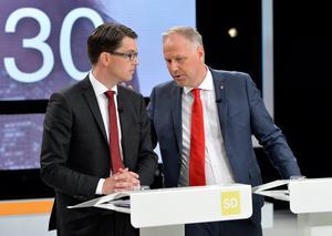 Samtala med alla? Jimmie Åkesson (SD) och Jonas Sjöstedt (V), i samband med en valdebatt. Foto: Anders Wiklund / TT