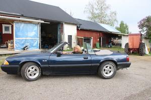 Mustangen från 1991 är en av Guns favoritbilar. Hon gillar när det fläktar i håret.