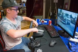 Ante West monterar upp utrustningen för att kunna spela bilspel.