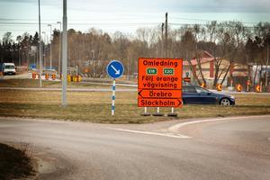 Trafiken från handelsplatsen med ÖoB och Jysk, samt Arboga Teknikpark, med kommunens största arbetsgivare Saab, kan inte åka norrut från rondellen. I stället får den ta vänster mot Örebro och runda centrala Arboga.