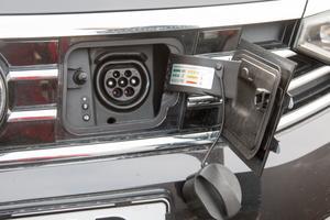 En bil som enbart drivs med el kan snabbladdas, full uppladdning tar 45 minuter.