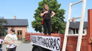Erika Grann vid den manifestation som ordnades till stöd för Pythagoras den 20 juni.