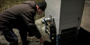 Kenneth Nyström hämtade vatten i den vattentank som fanns uppställd på Baltzars väg.