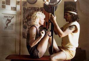 Margareta och Jorma kör styrketräning i Strömsund 1973.Privat: Håkan Sannemo