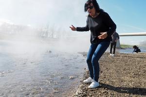 Margareta Hallberg har precis känt på det nästan kokande vatten som kom upp i en het källa lite uppströms den här platsen.