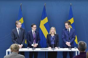 vFrån vänster: Finansmarknadsminister Per Bolund (MP), Mats Persson (L), finansminister Magdalena Andersson (S), och Emil Källström (C)enterpartiet, när de lanserade regeringens stödpaket på över 300 miljarder kronor till näringslivet den 16 mars. Foto: Jessica Gow / TT