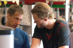 Kim Rosdahl i samspråk med fystränaren Joakim Bäckström.