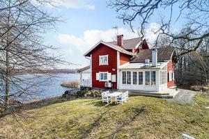 Foto: Therese Johansson/ Bostadsfotograferna. Strandvillan byggdes som jaktstuga till Trystorps slott.