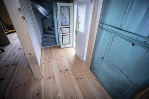 Dubbeldörrarna är en kopia av de första dörrarna som fanns på stugan.